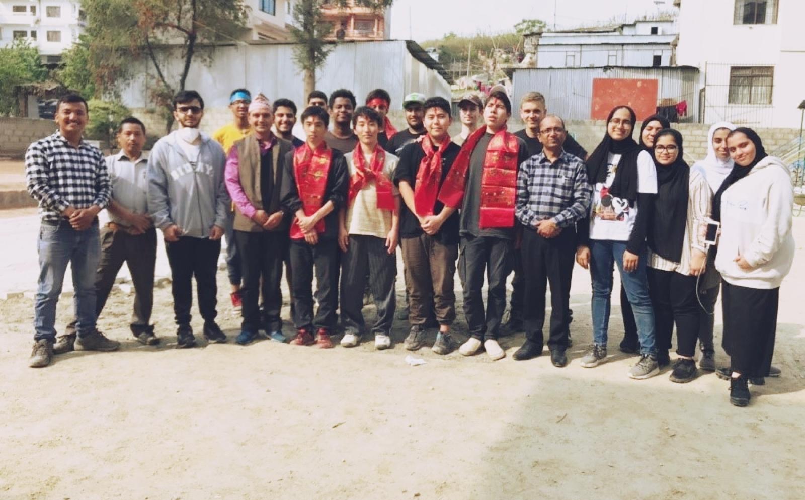 ネパールで建築活動中の小林紀慧さんと高校生ボランティアたち